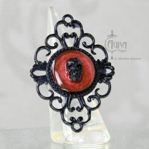 Bague gothique crâne Toran en résine noire baroque - ajustable - rouge face