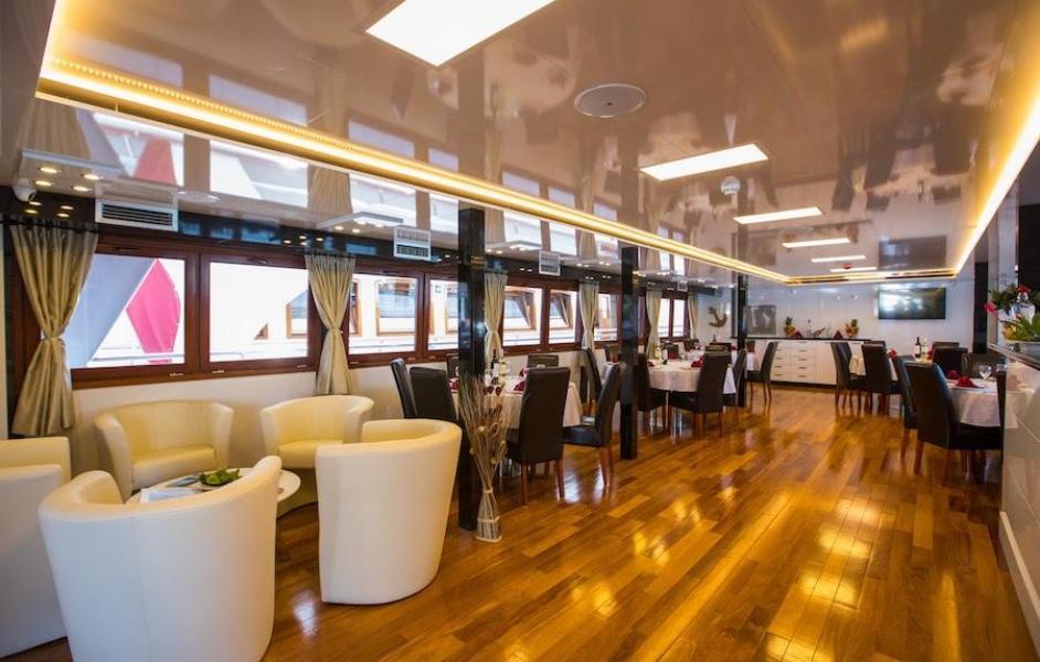 cabin charter dubrovnik salon