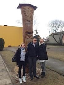 Litauischer Student Andreus mit 2 Schülerinnen