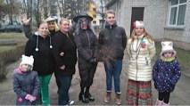 SchülerInnen mit Teacher und Kindern beim Karneval Winter austreiben