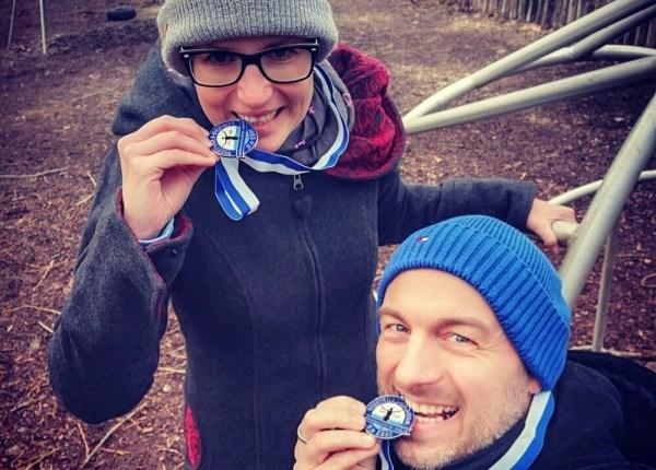 Ultramarathon Rodgau 50k - Medaillenfoto Hannah und Carsten