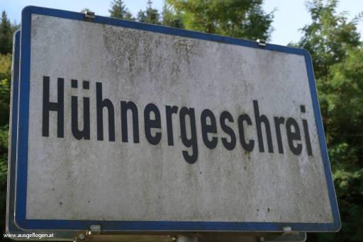 Hühnergeschrei witziges Ortsschild Österreich