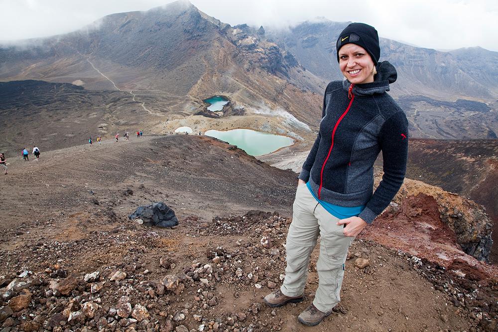 Katharina mit Emerald Lakes im Hintergrund