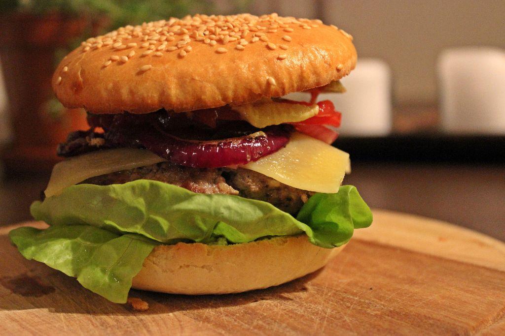 Hochstapeln erwünscht: Cheeseburger mit selbstgemachten Buns!