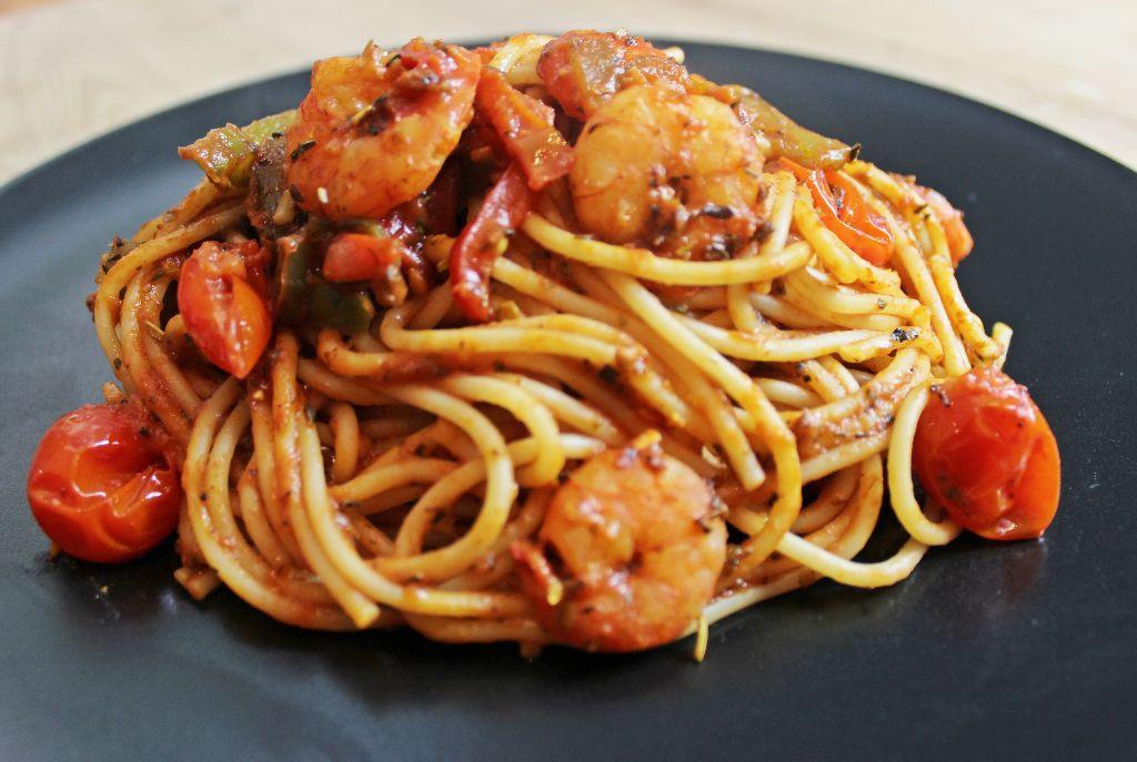 Holt euch den Sommer auf den Teller mit dieser Shrimp-Paprika-Pasta!