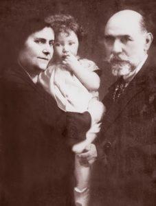 Майя Плисецкая с бабушкой и дедушкой. Москва. 1927