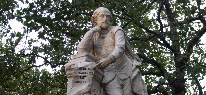 Статуя Уильяма Шекспира в центре Лестер Сквер в Лондоне