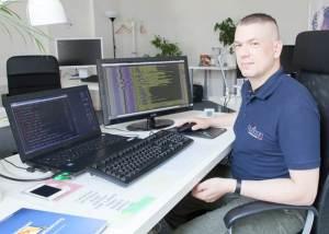 auticon consultant Marko Riegel at his workstation in auticon's Berlin office (Photo: Björn Wiedenroth/auticon)