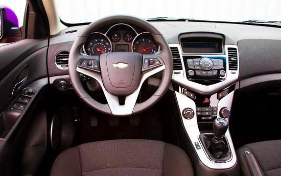 Wnętrze jest przestronne i stylizacją mocno przypomina samochody marki Opel. Plastiki mogłyby jednak być wyższej jakości.