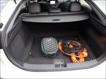 Laderaum des Hyundai Ioniq Elektro mit Ladekabeln: rechts das Kabel für die Ladestation, links für den häuslichen Stromanschluss. Foto: Petra Grünendahl.