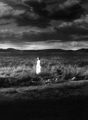 fille seule dans les plaines