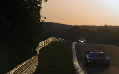 voitures de course la nuit