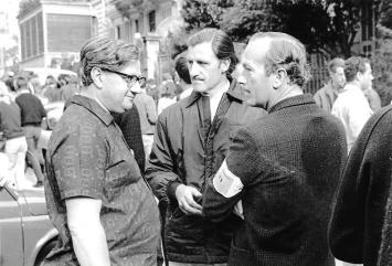 Tony Rudd, Graham Hill et Colin Chapman. Tony Rudd a réalisé entre autres les moteurs V8, V12 et H16 de BRM (champion du monde 1962) ainsi que le premier moteur de série de Lotus: le 907 de l'Elite.