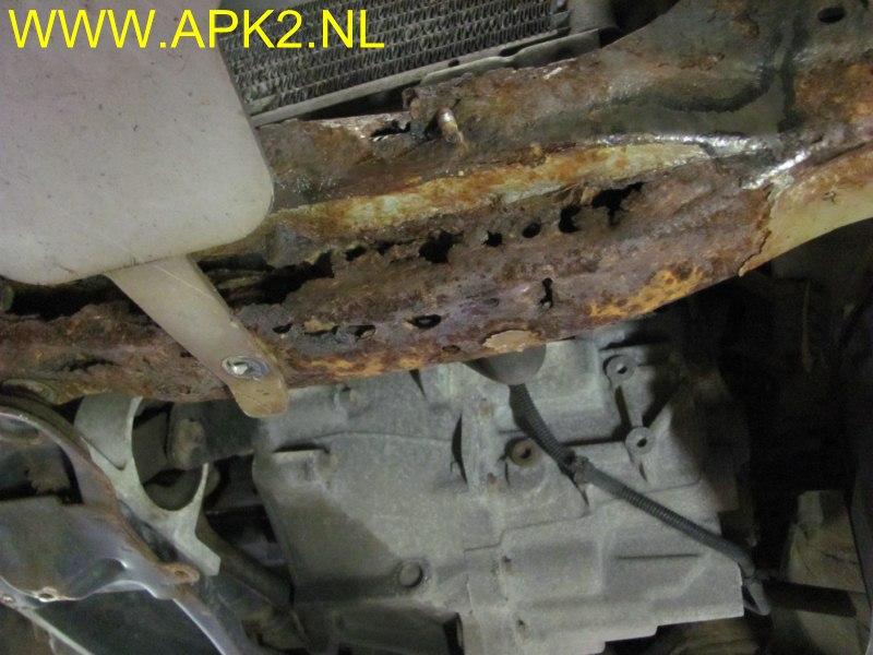Foto S Roestschade Front Dwarsbalk Nissan Almera