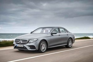 Mercedes-Benz E400 4 MATIC AMG Line; designo selenitgrau magno; Leder: Nappa sattelbraun / schwarz; DYNAMIC BODY CONTROL ;Kraftstoffverbrauch kombiniert: 7,7 l/100 km; CO2-Emissionen kombiniert: 174 g/km* Mercedes-Benz E400 4MATIC AMG Line; designo selenite grey magno; Leather: nappa saddle brown / black; DYNAMIC BODY CONTROL;Fuel consumption, combined: 7.7 l/100 km; CO2 emissions, combined: 174 g/km* Bildquelle: Mercedes-Benz