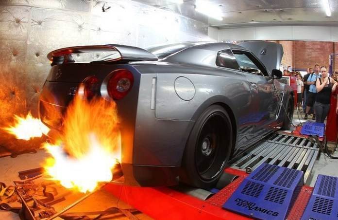 Nissan GT-R flame