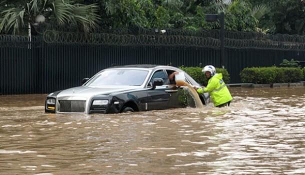 Rolls-Royce Ghost in Jakarta Floods (1)