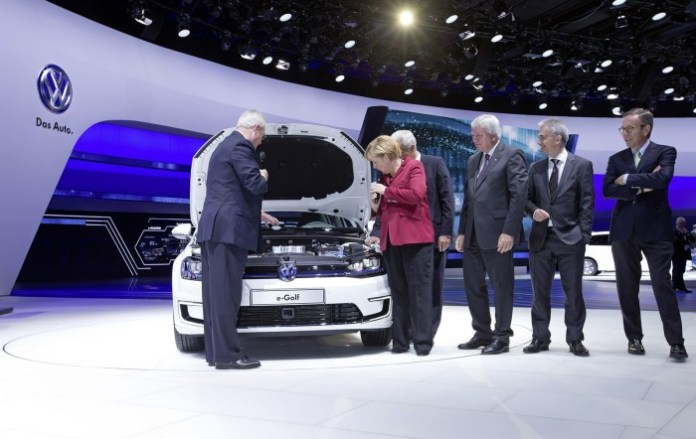 Bundeskanzlerin Merkel zu Gast bei Volkswagen auf der IAA/Dr. Martin Winterkorn, Vorstandvorsitzender der Volkswagen AG, praesentierte Bundeskanzlerin Angela Merkel den e-Golf.