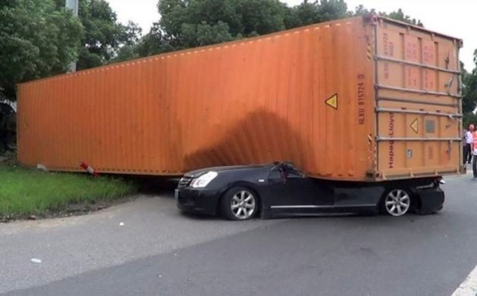 nissan container crash (2)