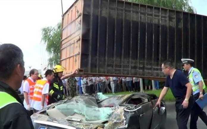 nissan container crash (3)