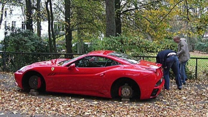 Ferrari California with stolen wheels (2)