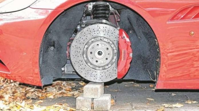 Ferrari California with stolen wheels (3)