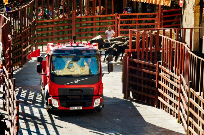 Volvo Trucks The Bulls Chase (1)