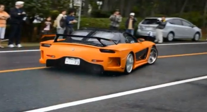 Super car stick to people car accident in japan 4 people were injured
