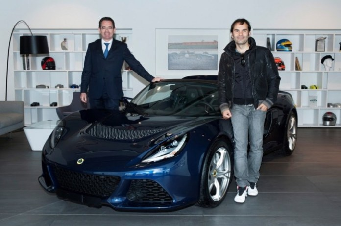 lotus-ceo-jean-marc-gales-presents-new-exige-s-to-customer_100486935_l