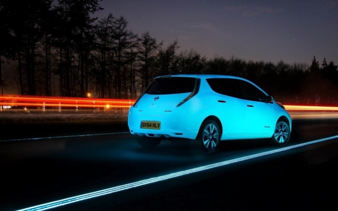 Nissan Leaf glow-in-the-dark in Netherlands Smart Highway (2)