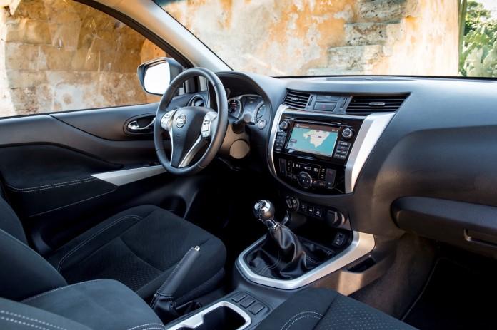 Nissan_NP300_Navara_Greece_43