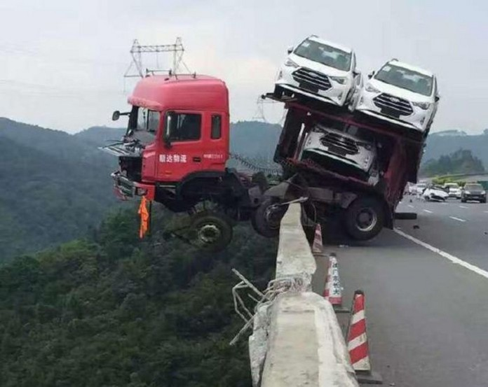 car-carrier-almost-falls-off-bridge-in-china-drive-saved-by-trailer_1