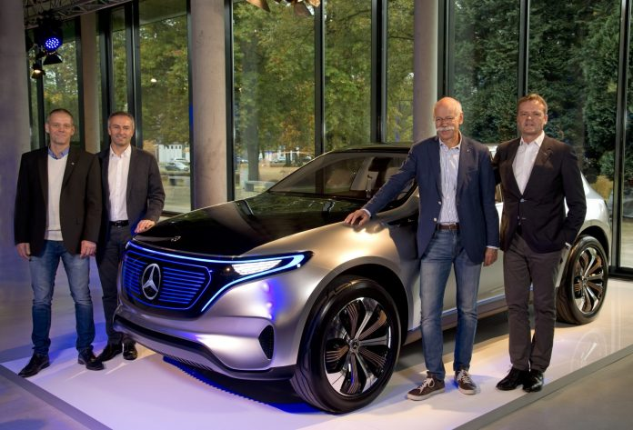 "Mercedes-Benz Werk Bremen baut erstes Serienmodell der neuen Generation von Elektrofahrzeugen: Dr. Dieter Zetsche (Vorsitzender des Vorstands der Daimler AG und Leiter Mercedes-Benz Cars, 2. v. r.), Markus Schäfer (Mitglied des Bereichsvorstands Mercedes-Benz Cars, Produktion und Supply Chain Management, r.), Peter Theurer (Standortverantwortlicher Mercedes-Benz Werk Bremen, 2. v. l.) und Michael Peters (Betriebsratsvorsitzender Mercedes-Benz Werk Bremen l.) mit dem EQ-Showcar, das auf der ""Mondial de l'Automobile 2016"" Weltpremiere hatte. ; Mercedes-Benz plant Bremen to produce the first series model of the new generation of electric cars: Dr. Dieter Zetsche (CEO of Daimler AG and Head of Mercedes Benz Cars, 2nd from right), Markus Schäfer (Member of the Divisional Board of Mercedes-Benz Cars, Production and Supply Chain Management, right), Peter Theurer (Site Manager of the Mercedes-Benz Bremen plant, 2nd from left) and Michael Peters (Chairman of the works council Mercedes-Benz Bremen plant, left ) with the EQ-show car, which was presented at ""Mondial de l'Automobile 2016"" in Paris.;"