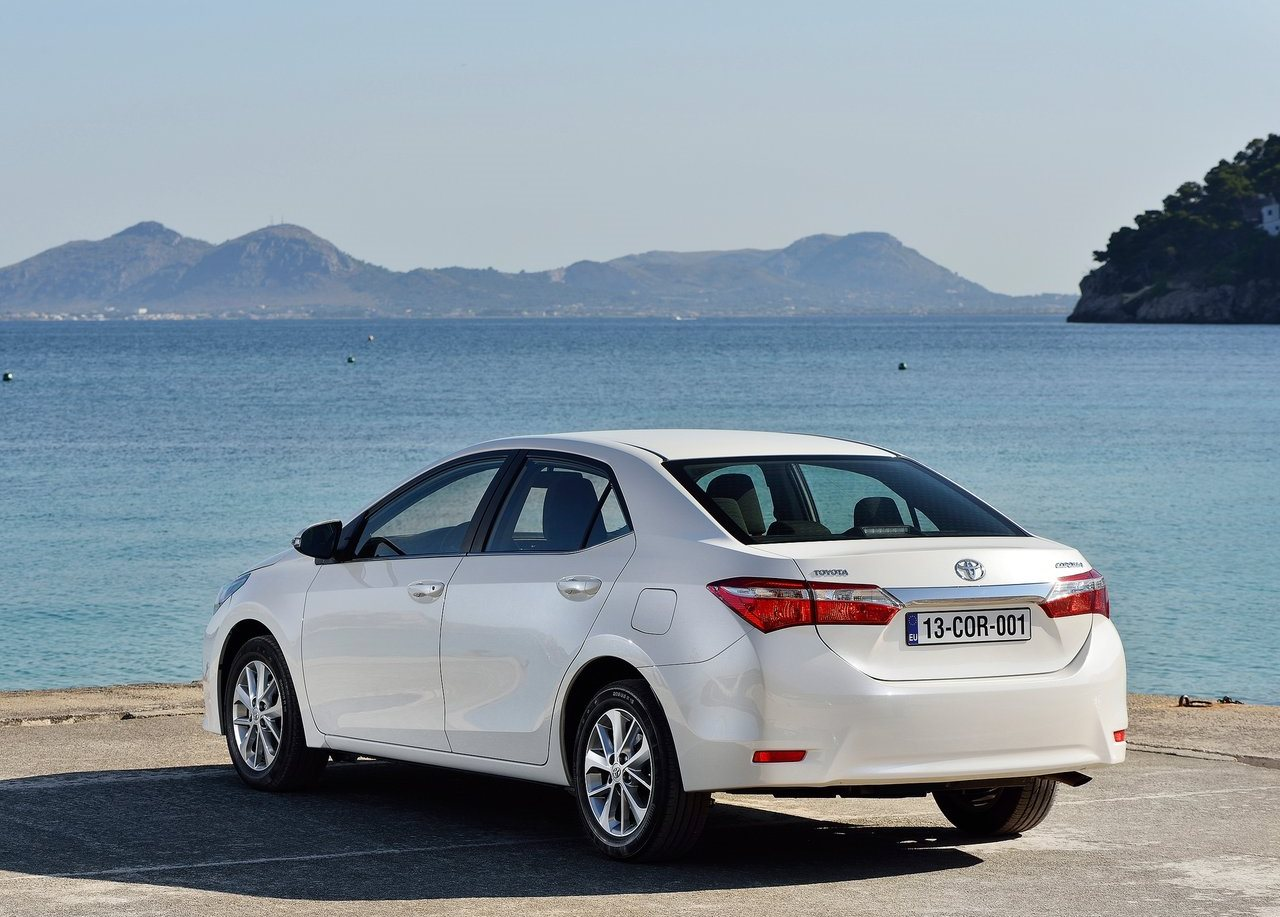 2014 toyota corolla altis launched in india autocolumn. Black Bedroom Furniture Sets. Home Design Ideas