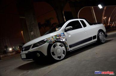 VW Saveiro 2012 rebaixada Cross com aro 20 e envelopamentos