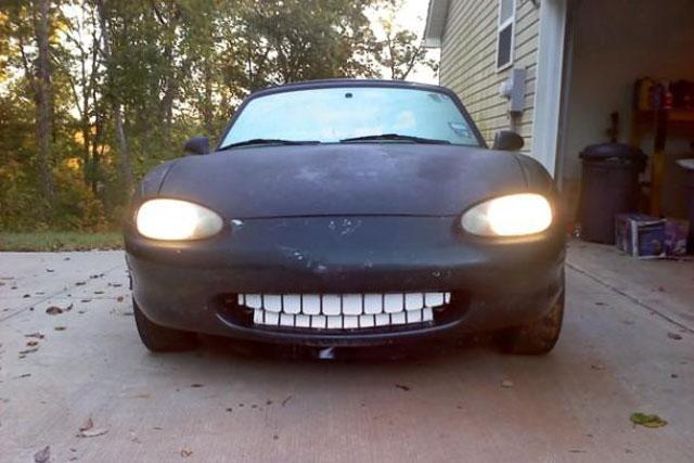 Carro sorrindo bizarro
