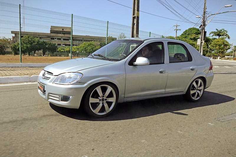 Prisma Joy 2007 com kit turbo, aro 17 e rebaixado