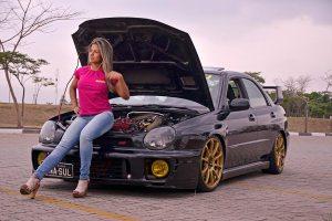 Talitha Grace posa na Subaru WRX Turbo