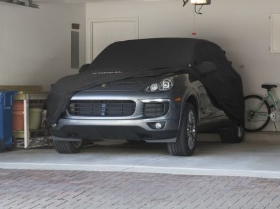 PORS_Cayenne_car_cover_indoor_peek