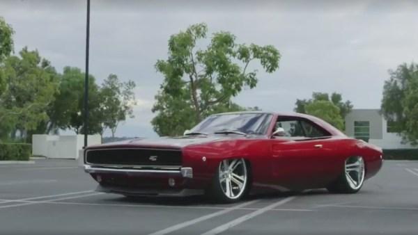 Vídeo Dodge Charger RTR rebaixado com rodas taludas - Hot Rod