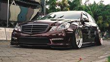 Mercedes-Benz E300  taludo, suspensão a ar e cambagem negativa