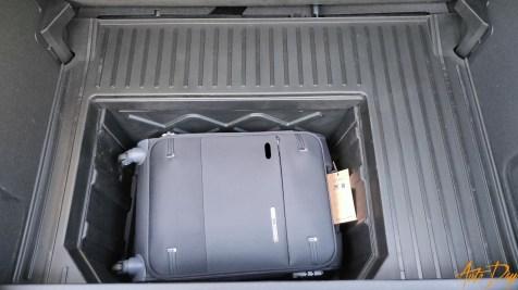 Une valise tient sans problème dans la MegaBox. Il reste même de la place pour un porte-documents