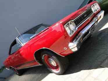 ... dividindo atenção com o Plymouth GTX, com suas linhas esportivas e elegantes.