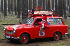 Foto do Papai Noel em um Trabant perua vermelho em uma floresta