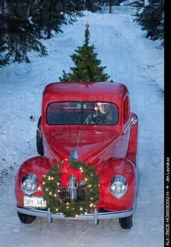 Ford 1938 com guirlanda de Natal presa na dianteira e árvore de Natal ma traseira