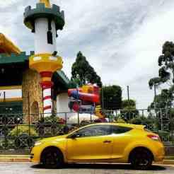 Playgrounds, um para crianças e outro para adultos