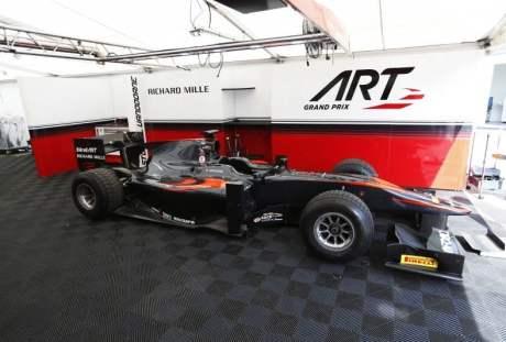 Carros da Art Grand Prix na GP2 seguem a programação visual da McLaren na F-1 (foto Art Grand Prix)