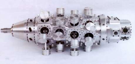 Bloco do motor com bielas e pistões visíveis (spannerhead.com)