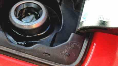 """""""Ciao Baby"""", detalhe no bocal do tanque do Renegade, sugerindo que o pouco uso pode criar teias de aranha"""