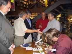 Da direita, em pé: Paulo Scali, os irmãos Rony e Bob Sharp, este autor de causo e do prefácio; um participante; e o colega Flory